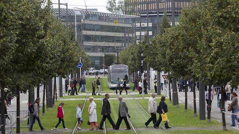 personnes enjambent rail de tram Strasbourg